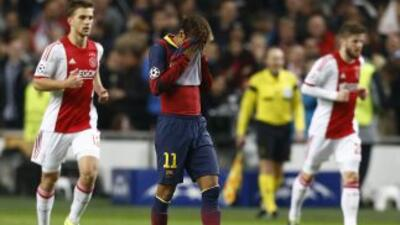 Neymar se cubre el rostro luego de un gol de los holandeses, que jugaron...