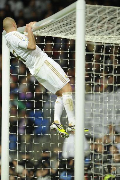 Benzema también intentó ampliar la ventaja, sin fortuna ante la portería...