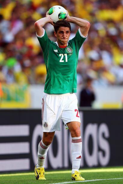 Emilio Izaguirre vs. Hiram Mier  -Hiram Mier.-  Defensa central improvis...