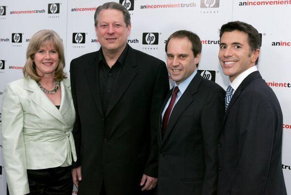JEFF SKOLL (tercero de izquierda a derecha).   Donaciones:$1.1 mil millo...