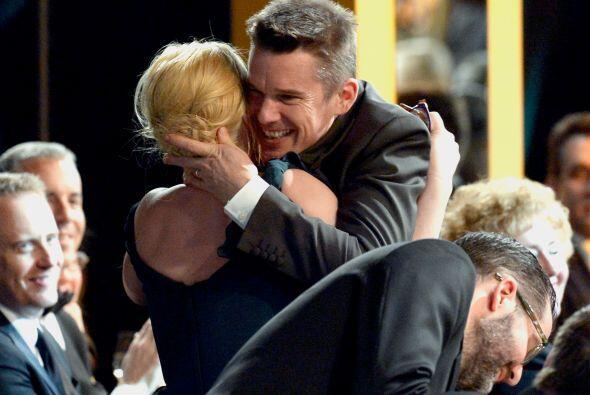 Ethan Hawke felicitando a su co-estrella, Patricia Arquette, tras ganar...