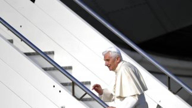 """El Papa Benedicto XVI aborda el avión """"Pastor Uno"""" que lo traslada desde..."""