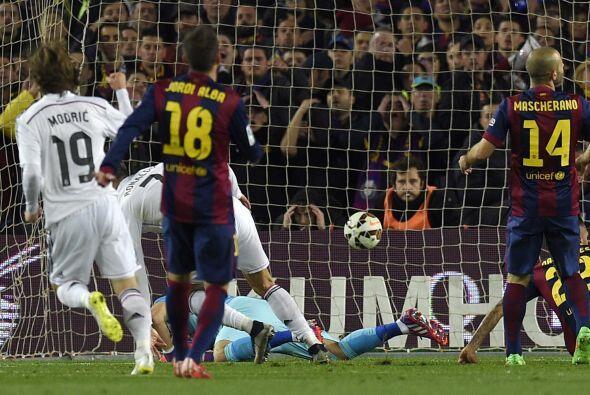 En una gran combinación Benzema dejaría solo a Ronaldo quien remataría s...