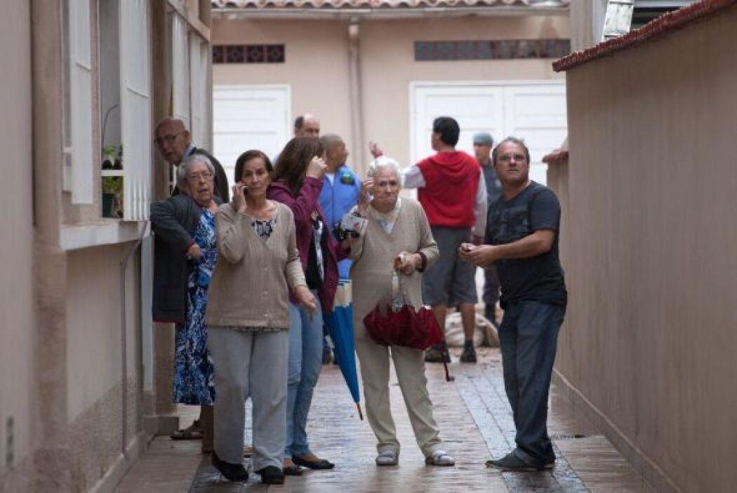 Vecinos asustados salieron de sus viviendas a ver qué había pasado.