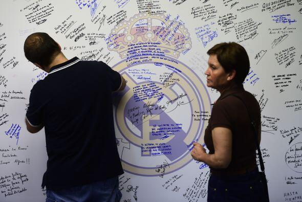 En un muro los aficionados colocaban sus mensajes de condolencias y agra...