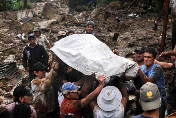 Además de las víctimas del deslave unas 135 mil personas continúan sin s...