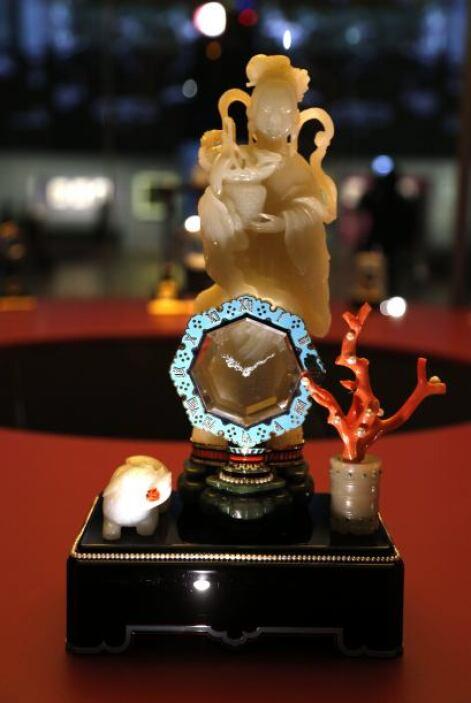 El siguiente objeto es un reloj que muestra una deidad y que está fabric...