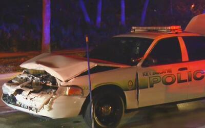 Un oficial de la policía de Key Biscayne resultó herido en un accidente...