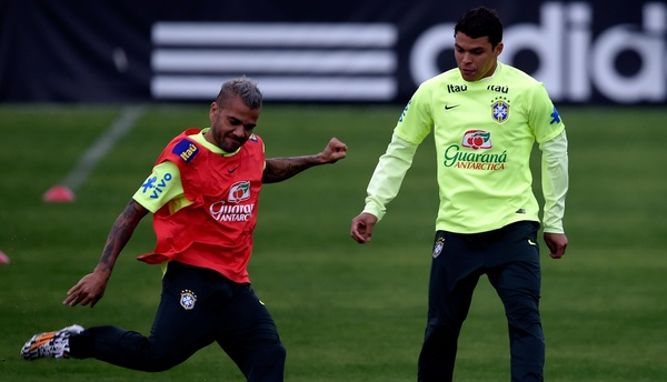 El lateral salió a defender las críticas contra el capitán de Brasil.