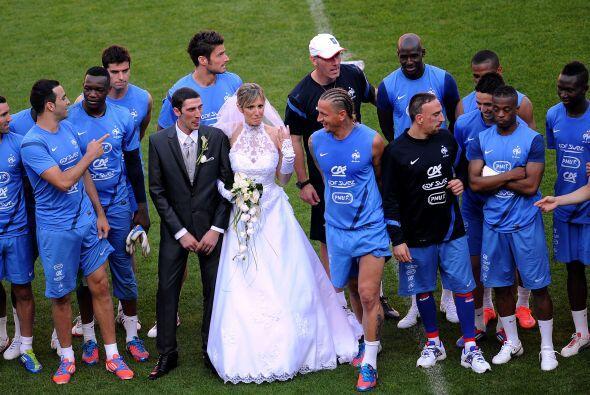 Y en Francia una pareja se casó y se tomó la foto del recuerdo con el eq...
