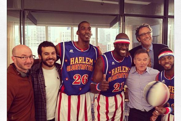 Al parecer era fanático del baloncesto. ¿Qué tal esta foto con los Globe...