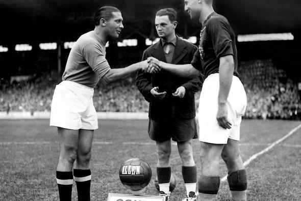 Giuseppe Meazza (izquierda) fue un futbolista italiano. Es uno de los me...
