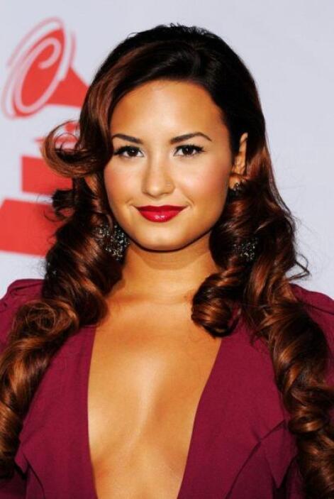 En 2011 Demi Lovato llegó súper escotada, tanto que no podía ni moverse...