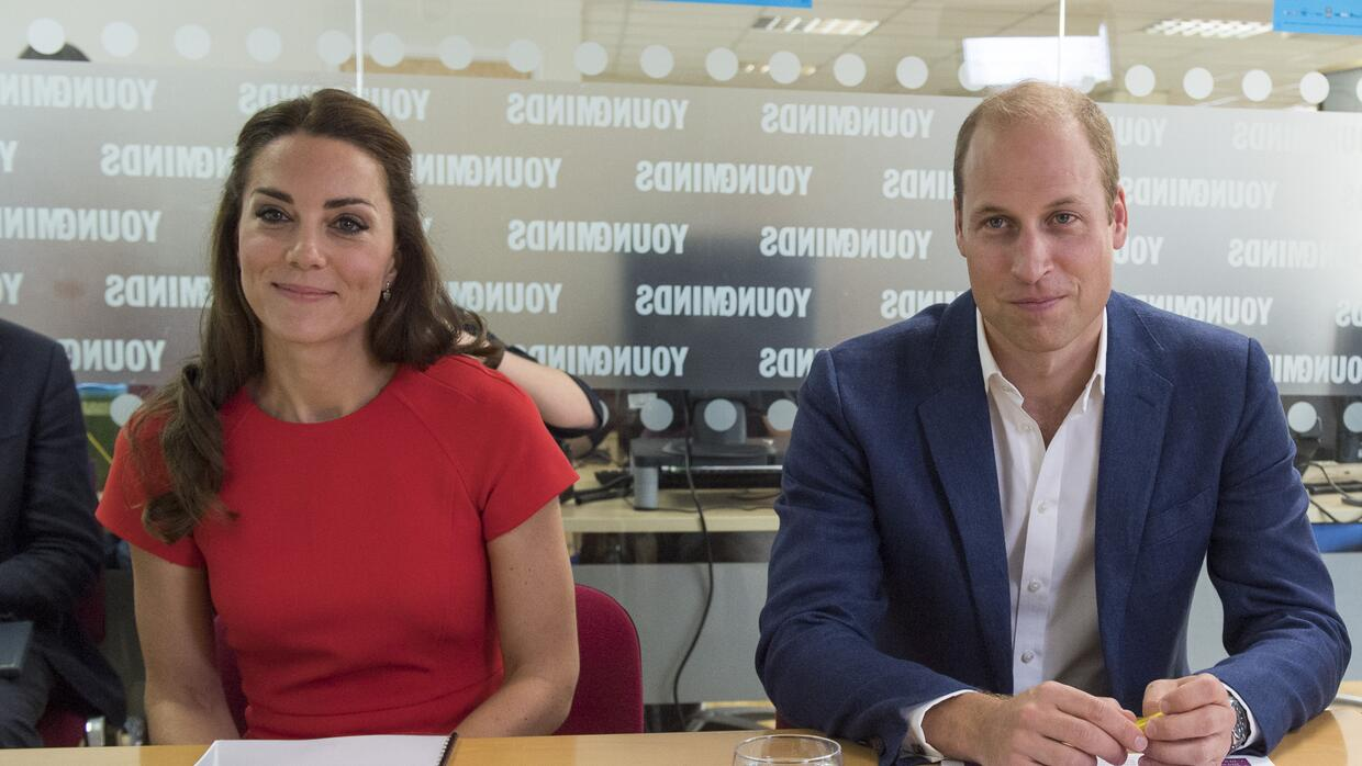 Kate y William visitan el centro YoungMinds de ayuda telefónica p...