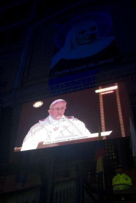 Por eso todos, a través de la pantalla gigante que está en la catedral d...