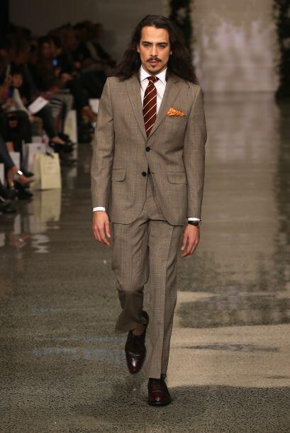 Este conjunto a cuadros, en contraste con la corbata y el pañuelo...