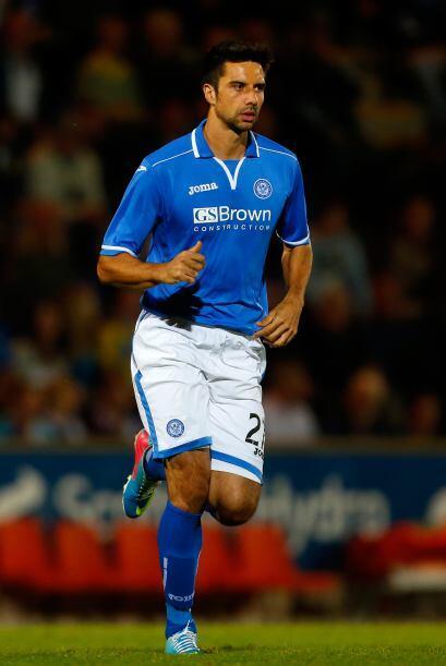 Rory Fallon, quien juega en el Aberdeen de Escocia, Kosta Barbarouses, j...
