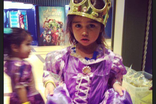 Para celebrar su cumpleaños Camila se vistió como una princesa.