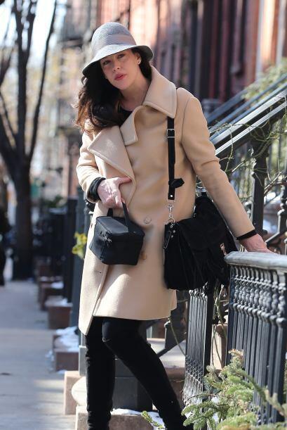 Desafiando el frío neoyorquino, la bella apareció con un look muy 'chic'.