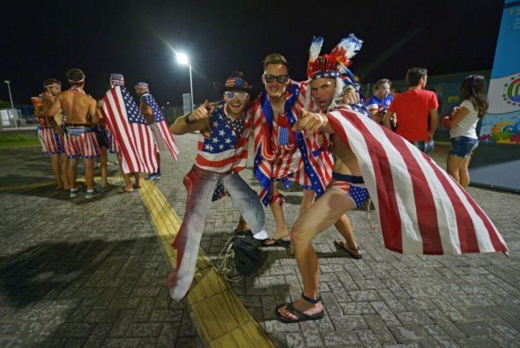 Aficionados al fútbol de Estados Unidos celebran que su equipo venció a...