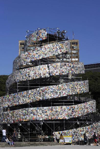 Todos ellos están montados sobre paneles en una estructura en espiral de...