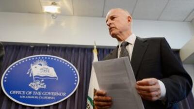 Gobernador Jerry Brown firmará aumento de salario mínimo para california...