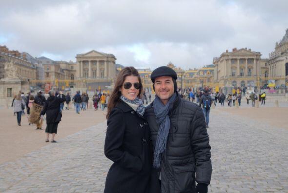 El Palacio de Versalles sirvió como fondo para esta postal que en...