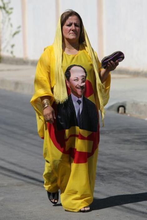 Una mujer de Irak muestra con un vestido su apoyo a Massud Barzani, al a...