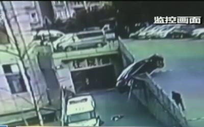 Madre y su hijo caen por una rampa al ser arrollados por una furgoneta q...