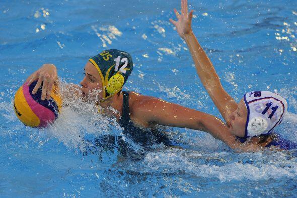 En las competencias de waterpolo femenil, la selección australian...