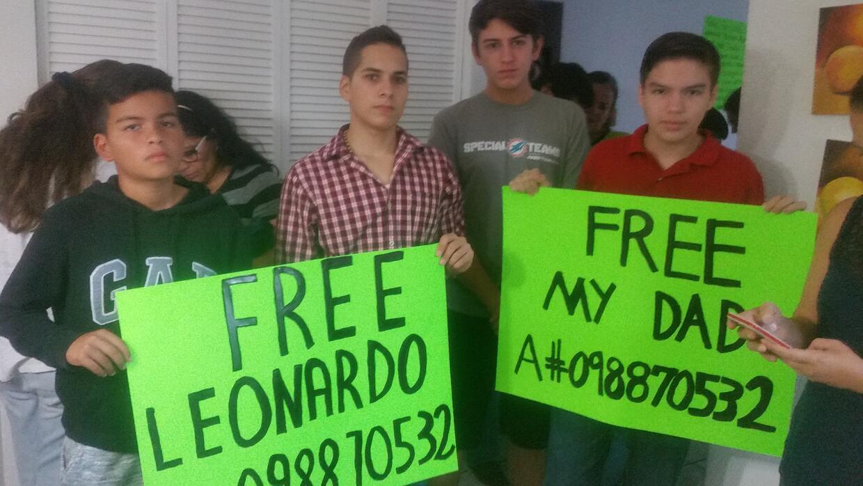 Javier, el hijo de Leonardo Morales (derecha), junto a amigos en su casa...