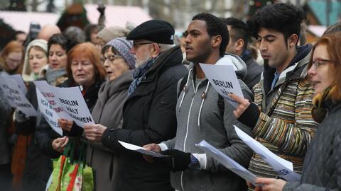 Berlineses se congregan en la escena del ataque terrorista para rendir h...