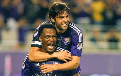 Kaká y Cyle Larin celebran gol para Orlando City