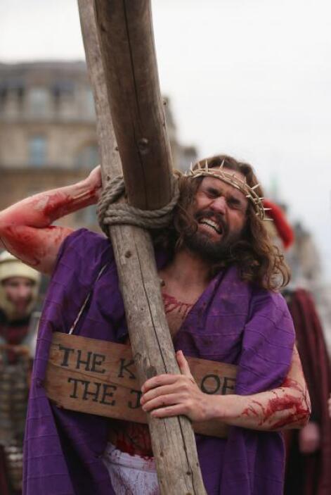 Quinta Estación: Jesús carga la cruz.