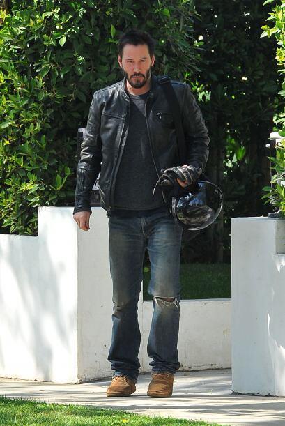 Keanu Reeves así como domina andar en motocicleta domina el estil...
