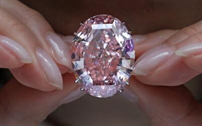 Por el diamante rosa habían pagado $83 millones el año pas...