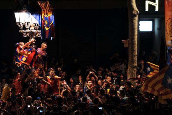 Los aficionados del Barcelona abarrotaron las calles para celebrar el tr...