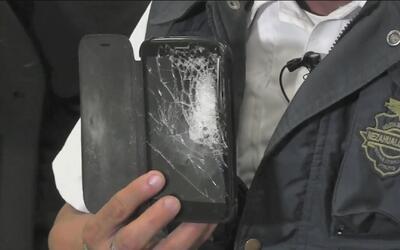 El celular de este policía sirvió de chaleco antibalas y lo salvó de una...