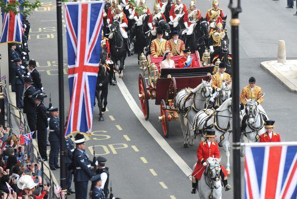 Una elegante Catherine Middleton caminó hasta el altar de la Abad...
