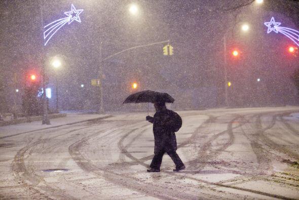 La tormenta cubre por completo de nieve calles y avenidas en Nueva York.