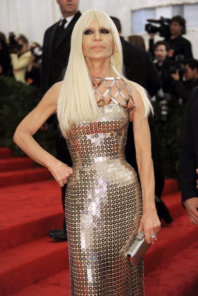 Donatella Versace en, claramente, uno de sus modelos, Atelier Versace. &...