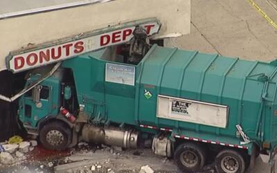 Chofer de un camión se estrella contra una panadería en Canoga Park