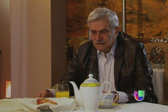 Cayetano le cuenta a Mariano que se ha sentido mal, cansado. Prác...
