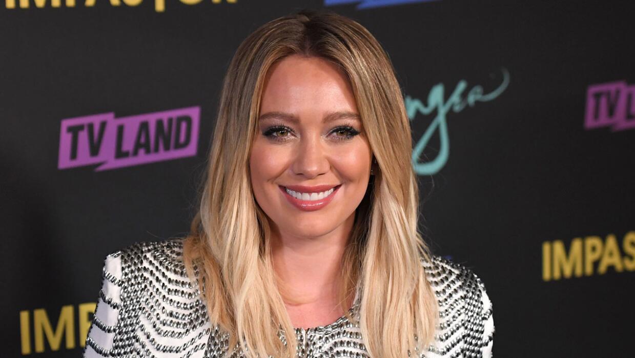 Hilary Duff se siente juzgada por ser una madre joven en Hollywood