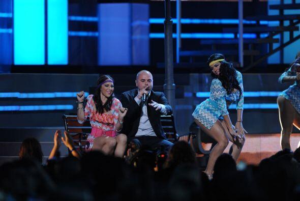 Pitbull meneó sus caderas al ritmo de las bailarinas.