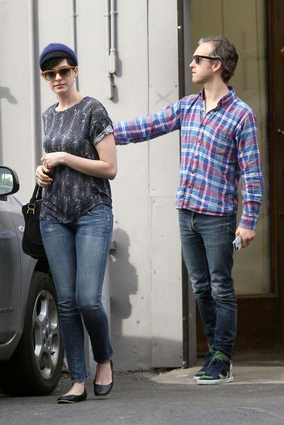 Anne Hathaway esta semana lució un  lindo y casual 'outfit' compuesto de...