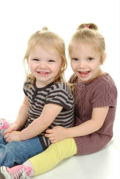 Las pequeñas gemelas de 4 años tenían una actitud m...