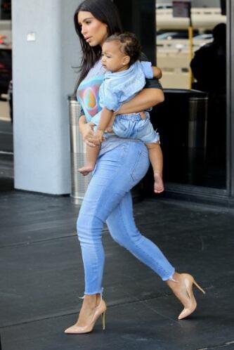 Está disfrutando plenamente su maternidad.