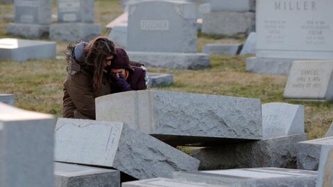 Melanie Steinhardt consuela a Becca Richman en el cementerio judí...