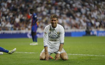 El jugador de Real Madrid, Cristiano Ronaldo, se lamenta durante el part...